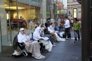 1348041642-people-wait-in-line-outside-the-sydney-apple-store-for-iphone-5_1460054