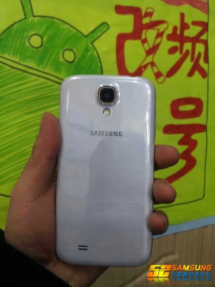This alleged image shows a curved Galaxy S4.