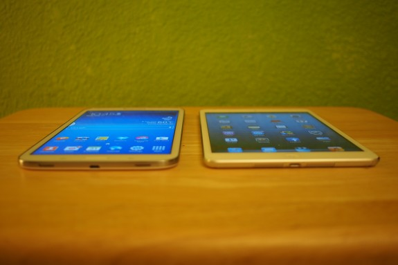 Galaxy Tab 3 8.0 (left) v. iPad mini (right)