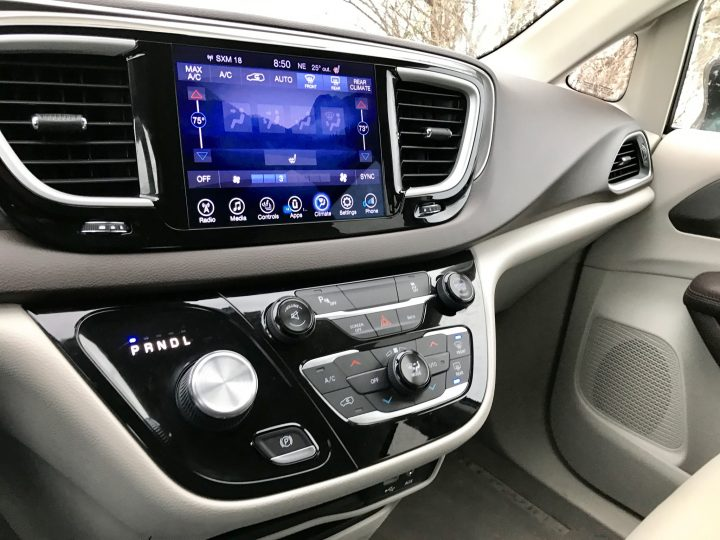 2017-chrysler-pacifica-review-18