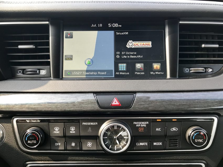 The 2017 Cadenza includes many tech and convenience features.