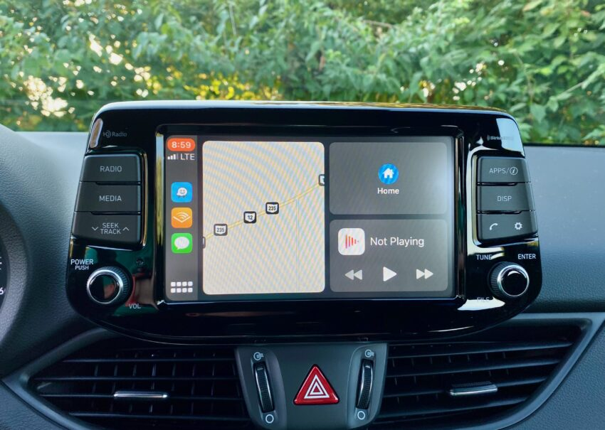 Apple CarPlay an Android Auto are standard.